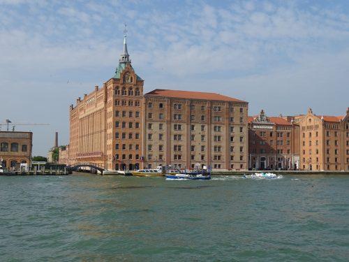 El burchiello, un barco que navega por el Brenta