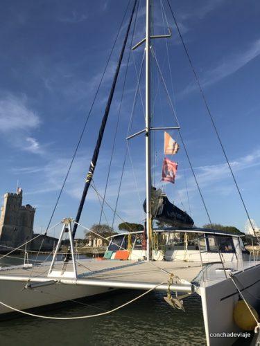 Catamarán en el puerto de La Rochelle
