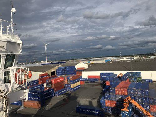 contenedores barco mercante